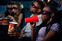 Młoda Afrykańska para przy kinem Zdjęcia Royalty Free