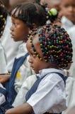Młoda afrykanin szkoły dziewczyna z pięknie dekorującym włosy przy przedszkolem w Matadi, Kongo, afryka środkowa Zdjęcia Stock