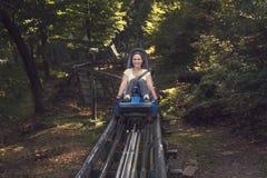 Młoda aktywna dziewczyna jedzie przyciąganie przy wysoką prędkością w specia obrazy stock