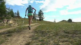 Młoda aktywna kobieta biega plenerowego w pogodnym lecie zdjęcie wideo