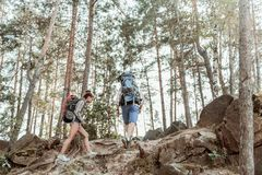 Młoda aktywna para z ciężkimi plecakami cieszy się ładnego wycieczkuje ślad ogromnie obrazy royalty free