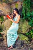 Młoda Amerykańska kobieta podróżuje, czytelnicza książka przy central park, Ne Obrazy Stock