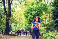 Młoda Amerykańska kobieta podróżuje przy central park, Nowy Jork zdjęcie stock