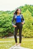 Młoda Amerykańska kobieta podróżuje przy central park, Nowy Jork zdjęcia royalty free