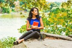 Młoda Amerykańska kobieta podróżuje, relaksujący przy central park, Nowy Yo zdjęcia stock