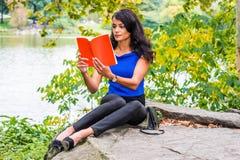 Młoda Amerykańska kobieta podróżuje, relaksujący przy central park, Nowy Yo zdjęcie stock