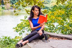 Młoda Amerykańska kobieta podróżuje, relaksujący przy central park, Nowy Yo zdjęcie royalty free