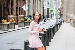 Młoda Amerykańska kobieta texting na ulicie w Nowy Jork zdjęcia royalty free