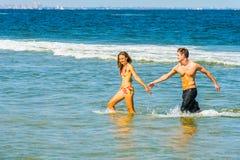 Młoda Amerykańska para podróżuje, relaksujący na plaży w Nowym Je Obrazy Royalty Free