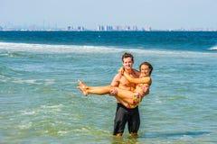 Młoda Amerykańska para podróżuje, relaksujący na plaży w Nowym Je Obraz Royalty Free