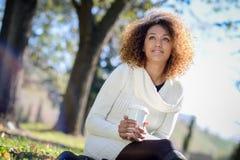 Młoda amerykanin afrykańskiego pochodzenia dziewczyna z afro fryzurą z filiżanką Obrazy Royalty Free