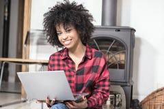 Młoda amerykanin afrykańskiego pochodzenia dziewczyna z laptopem Fotografia Royalty Free