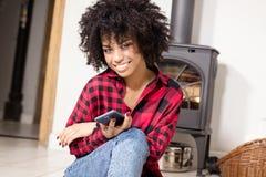 Młoda amerykanin afrykańskiego pochodzenia dziewczyna z telefonem komórkowym Fotografia Royalty Free