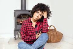 Młoda amerykanin afrykańskiego pochodzenia dziewczyna z telefonem komórkowym Zdjęcie Stock