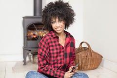 Młoda amerykanin afrykańskiego pochodzenia dziewczyna z telefonem komórkowym Fotografia Stock