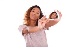 Młoda amerykanin afrykańskiego pochodzenia kobieta bierze selfie b - jaźń portret - obraz royalty free