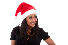 Młoda amerykanin afrykańskiego pochodzenia kobieta jest ubranym Santa kapelusz Zdjęcia Stock