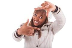 Młoda amerykanin afrykańskiego pochodzenia kobieta jest ubranym zimę odziewa fotografia royalty free