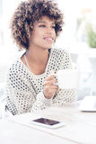 Młoda amerykanin afrykańskiego pochodzenia kobieta pije kawę Zdjęcia Royalty Free