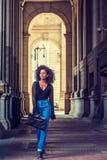 Młoda amerykanin afrykańskiego pochodzenia kobieta podróżuje, chodzący na ulicie w Nowym obraz royalty free