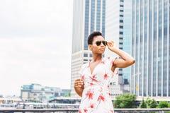 Młoda amerykanin afrykańskiego pochodzenia kobieta podróżuje w Nowy Jork obraz royalty free