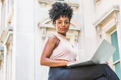Młoda amerykanin afrykańskiego pochodzenia kobieta pracuje w Nowy Jork obrazy royalty free