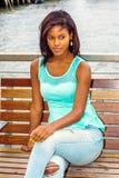 Młoda amerykanin afrykańskiego pochodzenia kobieta relaksuje, myśleć rzeką w Nowym Obrazy Royalty Free