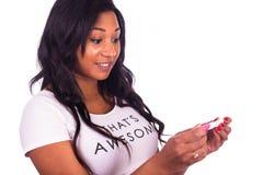 Młoda amerykanin afrykańskiego pochodzenia kobieta z długie włosy Zdjęcie Stock