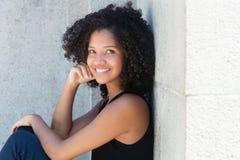 Młoda amerykanin afrykańskiego pochodzenia kobieta z kędzierzawym czarni włosy obrazy royalty free