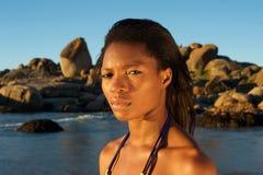 Młoda amerykanin afrykańskiego pochodzenia kobiety pozycja przy plażą Zdjęcie Stock
