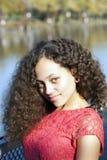 Młoda amerykanin afrykańskiego pochodzenia kobiety rewolucjonistki suknia Outdoors fotografia stock