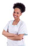 Młoda amerykanin afrykańskiego pochodzenia lekarka z fałdowymi rękami - murzyni Fotografia Royalty Free