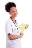 Młoda amerykanin afrykańskiego pochodzenia lekarka z stetoskopem. Zdjęcie Royalty Free