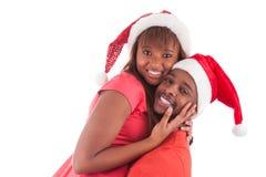 Młoda amerykanin afrykańskiego pochodzenia para jest ubranym Santa kapelusz Zdjęcie Stock