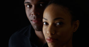 Młoda amerykanin afrykańskiego pochodzenia para patrzeje kamerę Zdjęcia Royalty Free