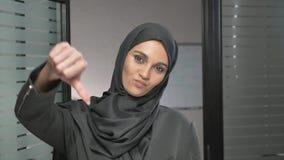 Młoda Arabska dziewczyna w hijab przedstawień znaku niechęć 60 fps zbiory wideo
