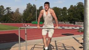 Młoda atleta ćwiczenia na gimnastycznych barach zbiory
