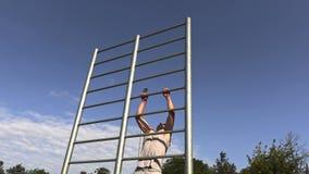 Młoda atleta ćwiczy na gimnastycznych barach zbiory wideo