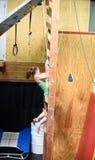Młoda atleta i przewód ręki ciągniemy wspinać się łososiową drabinową przeszkodę Fotografia Stock