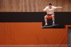 Młoda atleta na trampoline w pełen wdzięku locie fotografia royalty free