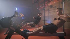 Młoda atleta robi ćwiczeniom na stażowym aparacie zbiory wideo