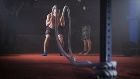 Młoda atleta robi crossfit exersise z arkanami zbiory wideo