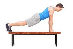 Młoda atleta robi Ups na ławce Obraz Stock