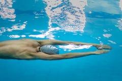 Młoda atleta w dopłynięcie początku dopłynięciu pod wodą Obrazy Royalty Free