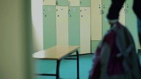 Młoda atleta w szatni gym, rozpinającej, bluza sportowa zbiory wideo