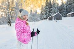 Młoda atrakcyjna żeńska narciarka Obrazy Royalty Free