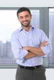 Młoda atrakcyjna biznesowego mężczyzna pozycja w korporacyjnym portrecie obrazy stock