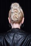 Młoda atrakcyjna blondynka w skórzanej kurtce Popiera głowa Obraz Royalty Free