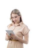 Młoda atrakcyjna blondynki kobieta używa ebook obraz stock