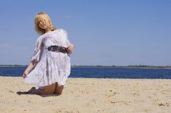 Młoda atrakcyjna dziewczyna na plaży Zdjęcie Royalty Free